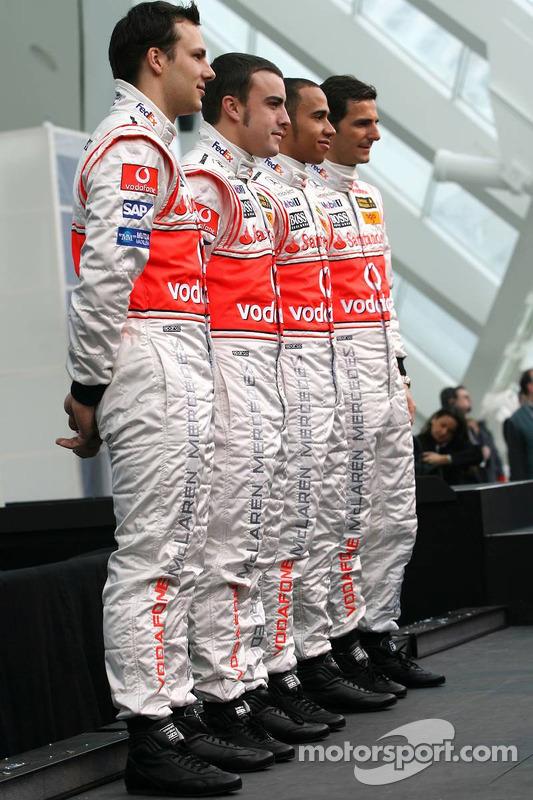 ¿Cuánto mide Lewis Hamilton? - Estatura y peso - Real height F1-mclaren-mercedes-mp4-22-launch-2007-fernando-alonso-lewis-hamilton-pedro-de-la-rosa-and