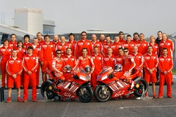 Ducati Corse: Loris Capirossi, Vittoriano Guareschi and Casey Stoner pose with Ducati team members