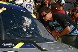 Nick Lachey checks out Jimmie Johnson's No. 48 Lowe's Chevrolet