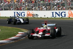 Ralf Schumacher, Toyota Racing, TF107 leads Nick Heidfeld, BMW Sauber F1 Team, F1.07
