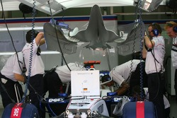 BMW Sauber mechanics with the engine cover