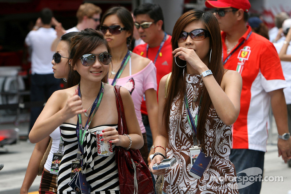 Formula Unas girls: Esther Yeap and Adelaine Quek