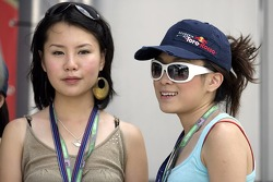 Formula Unas girls: Vaune Phan and Sally Wong
