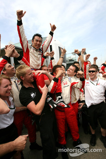Takuma Sato, Super Aguri F1 Team celebrates point finish
