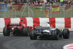 Robert Kubica, BMW Sauber F1 Team, F1.07 passes Kimi Raikkonen, Scuderia Ferrari, F2007 before he stopped