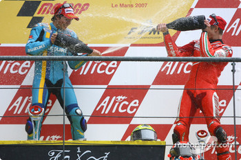 Podium: champagne for Chris Vermeulen and Casey Stoner