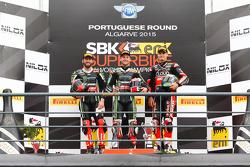 Course 1 : Le deuxième Tom Sykes, Kawasaki Racing Team, le vainqueur Jonathan Rea, Kawasaki Racing Team, et le troisième Chaz Davies, Ducati Superbike Team