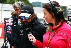 Fernando Alonso, McLaren met Lee McKenzie, BBC Television Reporter op de startopstelling