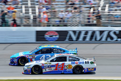 Aric Almirola, Richard Petty Motorsports Ford and Tony Stewart, Stewart Haas Racing Chevrolet