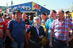 伯尼•埃克莱斯顿(F1管理公司CEO)与比利时农场主会面
