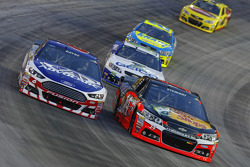 Trevor Bayne, Roush Fenway Racing Ford y Tony Stewart, Stewart-Haas Racing Chevrolet