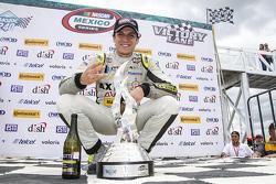 Ganador de la carrera Irwing Vences, M Racing