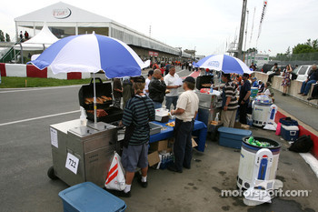 Hot dog salers in the pitlane