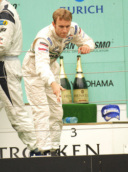 Podium: Timo Bernhard throws his hat