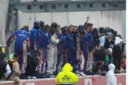 The Oreca team celebrates on the wall