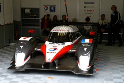 Out of the race, #7 Peugeot Total Peugeot 908 HDi FAP of Marc Gene, and Nicolas Minassian