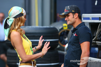 Vitantonio Liuzzi, Scuderia Toro Rosso with a girl in the paddock