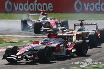 Anthony Davidson, Super Aguri F1 Team, SA07 and Giancarlo Fisichella, Renault F1 Team, R27