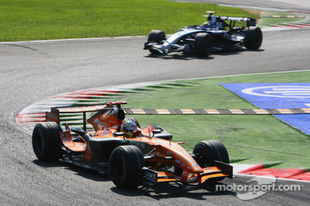 Adrian Sutil, Spyker F1 Team, F8-VII-B and Nico Rosberg, WilliamsF1 Team, FW29