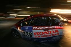 Pitstop for #236 VLN Honda Junior Team-FH Köln Motorsport Honda Civic Type-R: Nicole Müllenmeister, Marc-Uwe von Niesewand, Daniel Ortmann