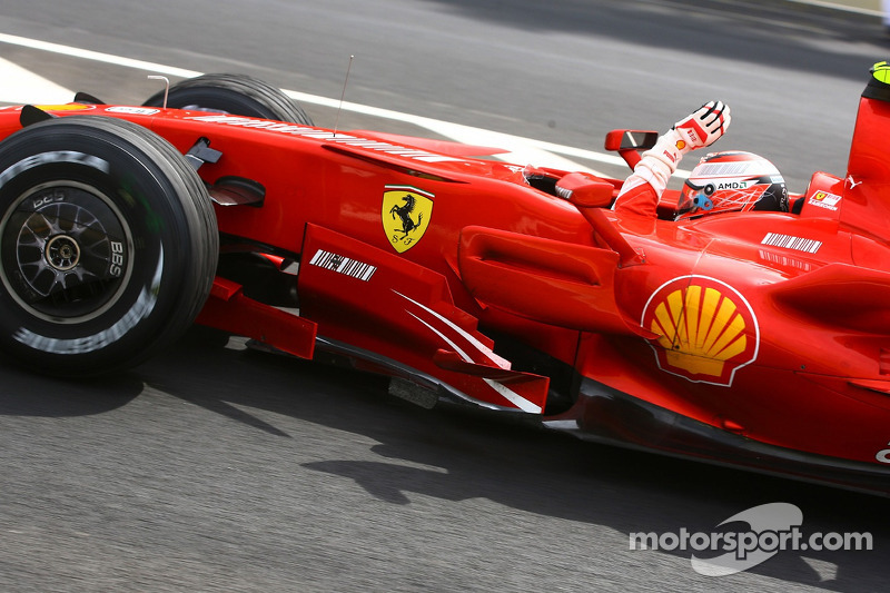 2007: Kimi Raikkonen conquista de título