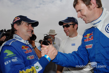 Carlos Sainz celebrates FIA Cross-Country Rally World Cup 2007 with Giniel de Villiers and Dirk von Zitzewitz
