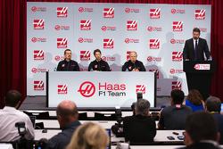 Gunther Steiner, Haas F1 Director del Equipo, Romain Grosjean, Haas F1 Team y Gene Haas, Haas F1 Team