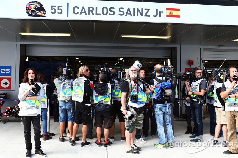 Los medios de comunicación se reúnen alrededor del garaje de Carlos Sainz Jr., Scuderia Toro Rosso en la tercera sesión de entrenamientos