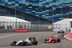Valtteri Bottas, Williams FW37 à frente  Kimi Raikkonen, Ferrari SF15-T