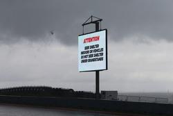 Fuertes lluvias retardan el inicio de FP2 señales de advertencia se muestran en el circuito