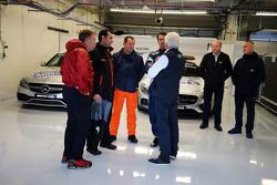 Charlie Whiting, FIA Delegate en Alan Van Der Merwe, FIA Medical Car rijder met circuit officials