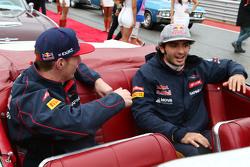 Max Verstappen, Scuderia Toro Rosso met ploegmaat Carlos Sainz Jr., Scuderia Toro Rosso op de rijdersparade