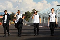 费尔南多·阿隆索与迈凯伦测试及储备车手斯托弗·范多恩,走赛道