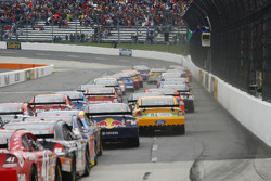 The field takes the green flag to start the Goody's Cool Orange 500