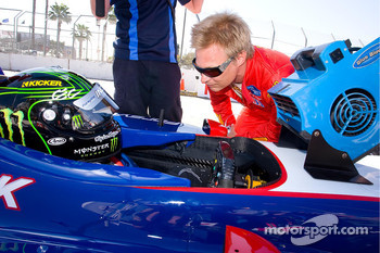 Paul Tracy gets a visit from Mika Salo