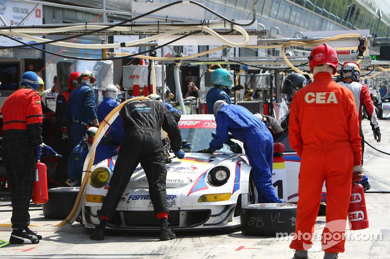 Pit stop for #91 Farnbacher Racing Porsche 997 GT3 RSR: Allan Simonsen, Richard Westbrook, Lars Erik Nielsen
