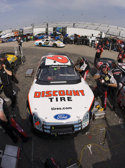 David Ragan brings his Discount Tire Ford for service