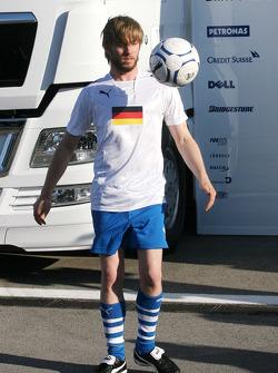 Nick Heidfeld, BMW Sauber F1 Team plays football