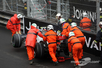Marshalls remove the car of Heikki Kovalainen, McLaren Mercedes