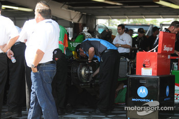 AGR working on Tony Kanaan's car