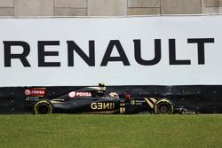 Pastor Maldonado, Lotus F1 E23 passes a Renauly advertising hoarding
