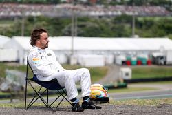 Fernando Alonso, McLaren volgt de actie vanop een stoeltje na motorpech op zijn wagen