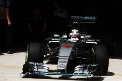 Lewis Hamilton, Mercedes AMG F1 W06 verlaat de pits
