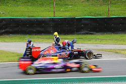 Carlos Sainz Jr., Scuderia Toro Rosso STR10 retired from the race on the opening lap