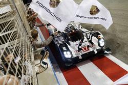 包死结17号919 Hybrid赛车:马克•韦伯、蒂莫•伯纳德、布兰登•哈特利冲过终点线