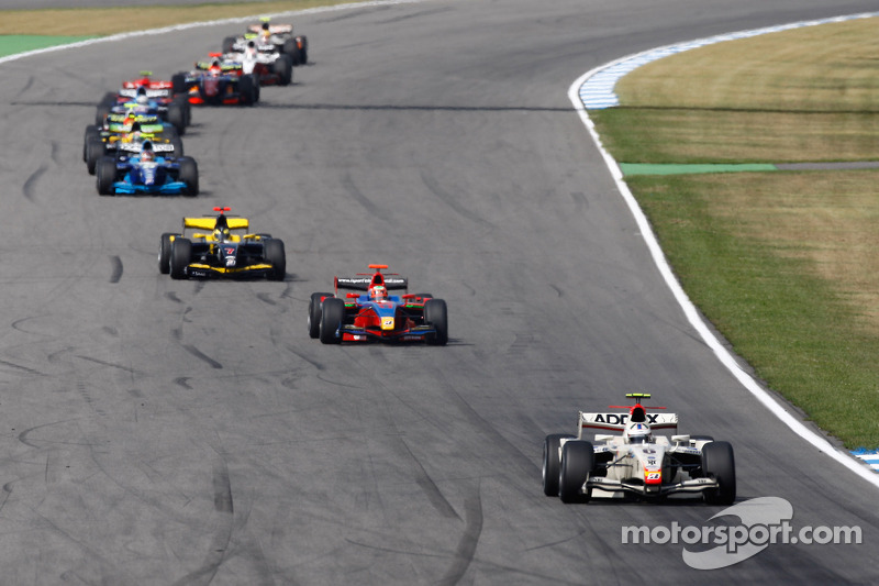 Lucas di Grassi leads the field on the opening lap of the race