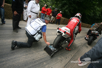 Photographer Kel Edge helps out trying to start Yamaha OW53R YZR500