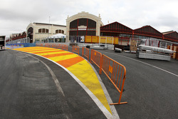 Valencia Circuit preparations, pit entry