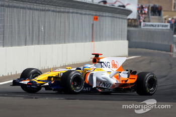 Fernando Alonso, Renault F1 Team, with a damaged car