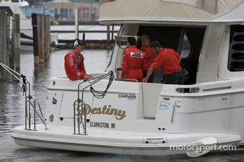 IndyCar Series 2008 contenders photoshoot: Helio Castroneves and Scott Dixon have a chat on the boat